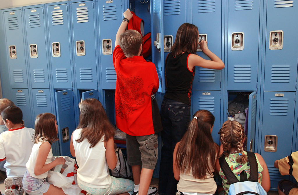 Deborah Cannon/American-Statesman Students at Hudson Bend Middle School crowd up to their lockers before classes start for the new school year on Monday, August 18, 2003.